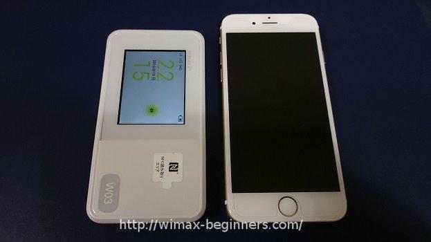 W03の大きさをiPhoneと比較