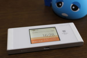Speed Wi-Fi NEXT W05 の外観 クレードル装着時